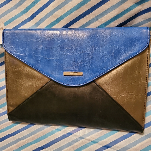 Kenneth Cole Reaction Handbags - Kenneth Cole Reaction Large Envelope Clutch (NWT)